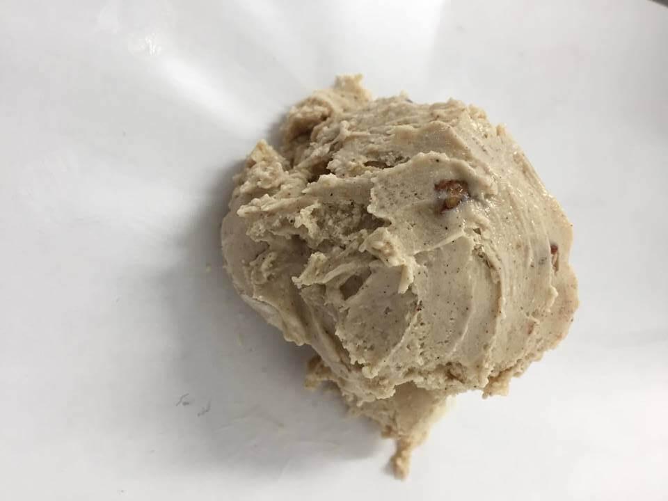 Kanelflødeis med karamelliseret pekannødder